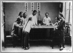 1890年中国广东的番摊游戏馆。番摊是一種賭博游戏,曾在中国南部兩广一带和美国唐人街流行。